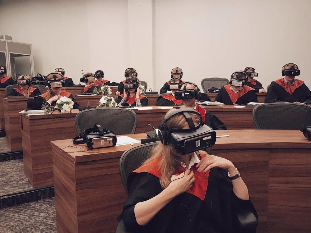 Estudiantes con lentes de realidad virtual