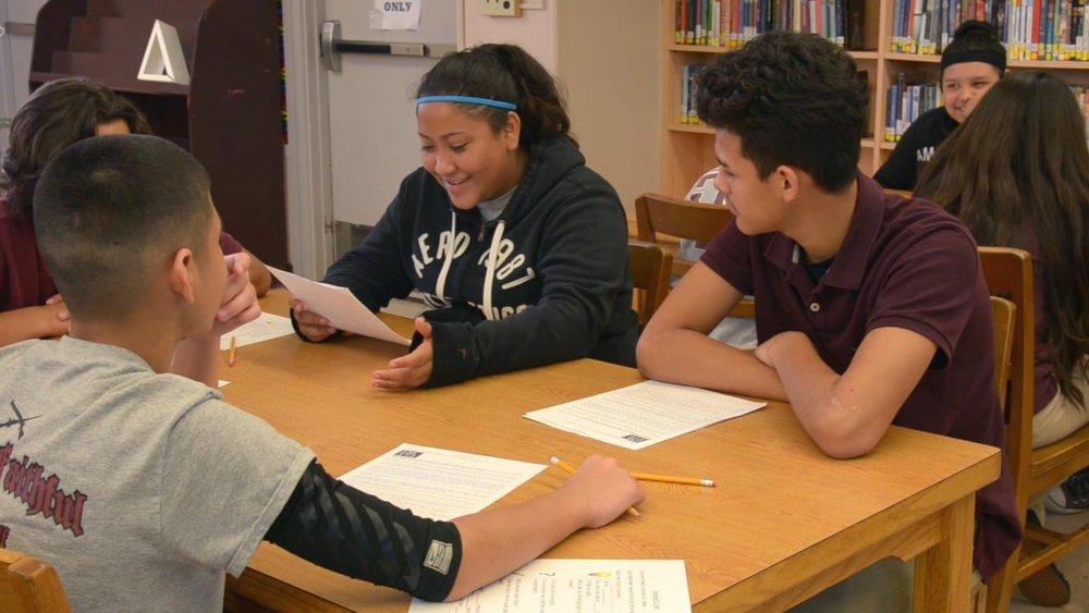 El alumno tiene que entender el problema a profundidad, es decir, en lugar de solo leer un caso, se le presenta una situación compleja con preguntas interesantes que generan reflexión. -