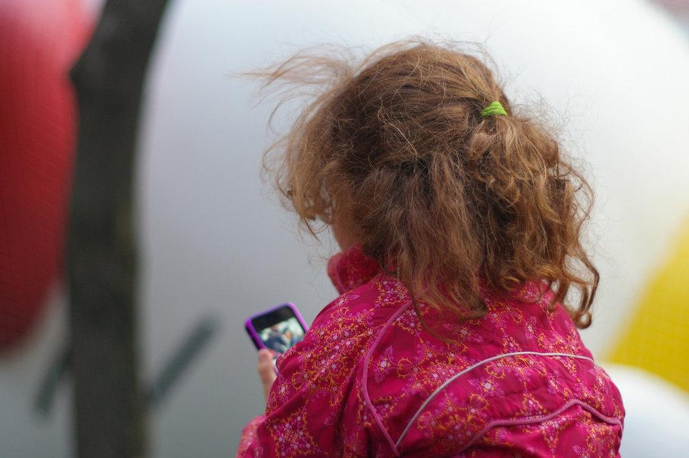 Accionistas de Apple temen que el uso de iPhones afecte la salud mental de los niños