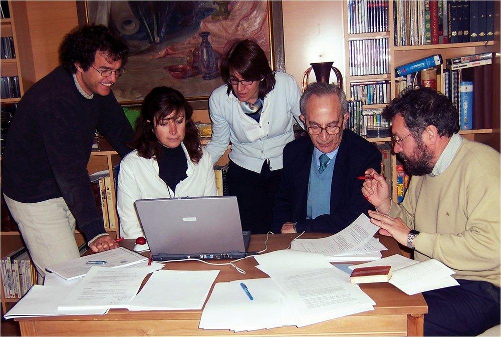 Profesores colaborando en espacios comunes