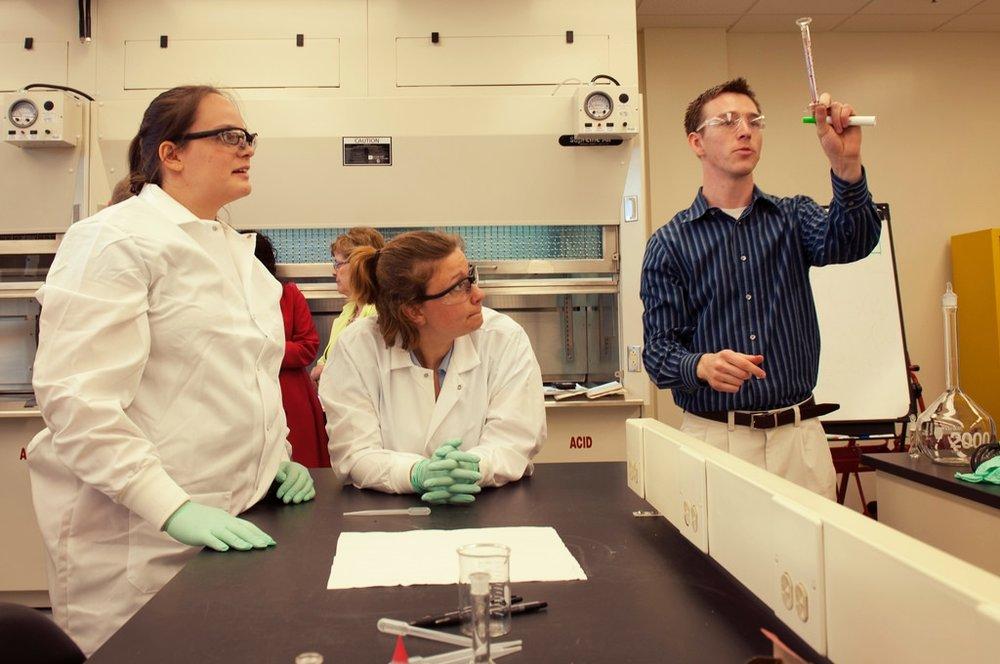 Egresados y trabajadores de las carreras de ciencia, tecnología, ingeniería o matemáticas se están uniendo a un nuevo programa docente del MIT. -