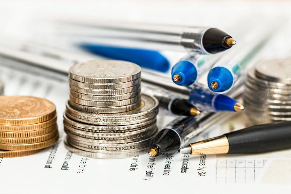 Dinero y plumas de un estudiante universitariio