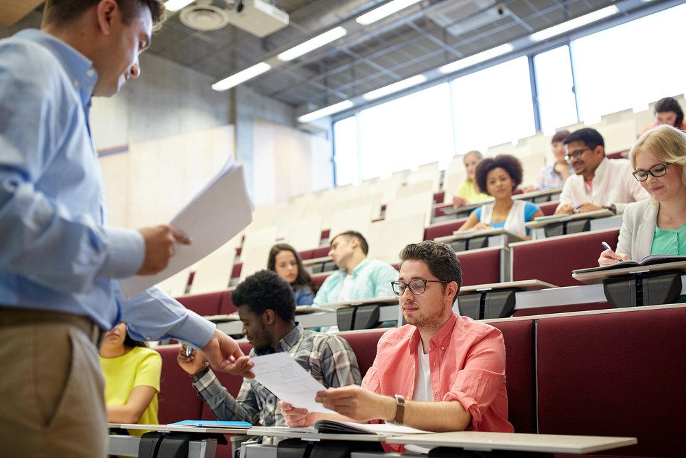 Los maestros cuyo trabajo no es reconocido y recompensado adecuadamente a menudo se sienten sobrecargados y subvalorados, lo que puede influir en el ausentismo, la motivación y la efectividad. - Foto: Bigstock.com