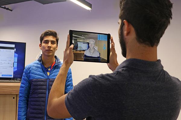 Alumnos del Tec de monterrey en laboratorio Mostla de Realidad virtual y aumentada