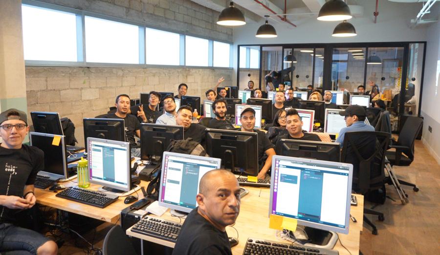 Hola Code es un programa educativo intensivo que adopta y empodera a migrantes repatriados e intenta impulsar el avance tecnológico de las empresas mexicanas. - Foto: holacode.com