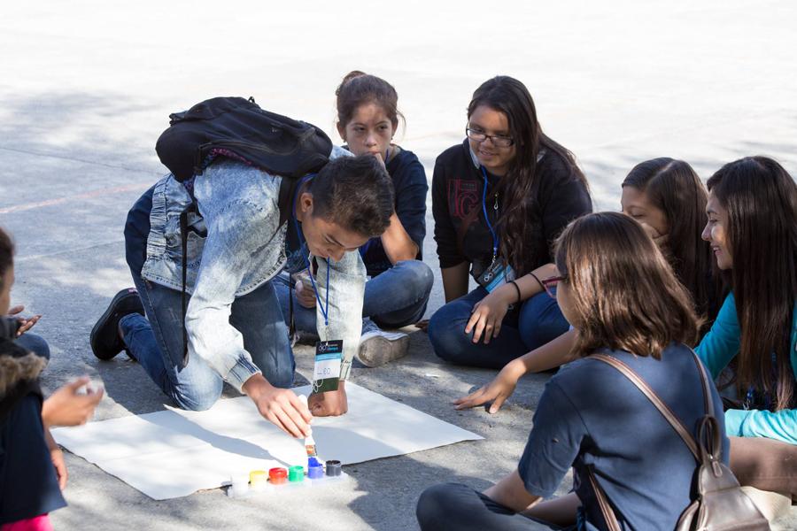 Estudiantes trabajando en equipo.