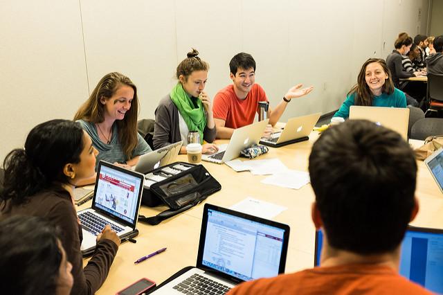 Para muchos, el aprendizaje invertido se reduce a la revisión de videos previos al tiempo de clase, sin embargo, su metodología es mucho más extensa y rica. - Foto: Flickr / Clase con metodología de Aprendizaje invertido en la Universidad de Stanford