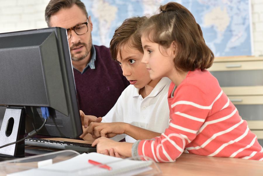 Profesor en clase de ciencias de la computación