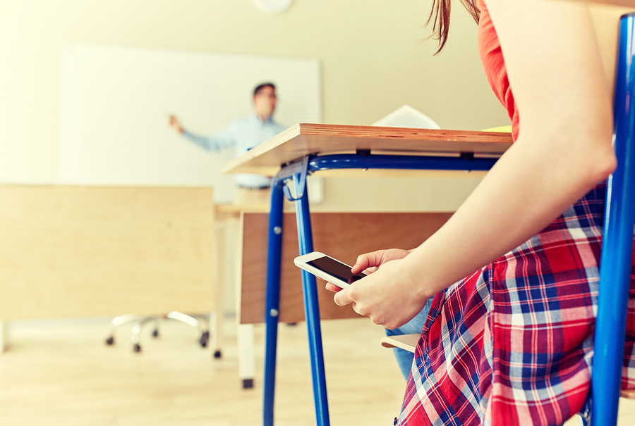 El 70% de docentes encuestados piensa que los teléfonos inteligentes generan tensión en los alumnos e interrumpen constantemente las labores en el salón de clase. - Foto: Bigstock