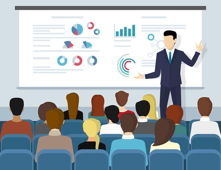 Profesor utilizando infografías en el aula