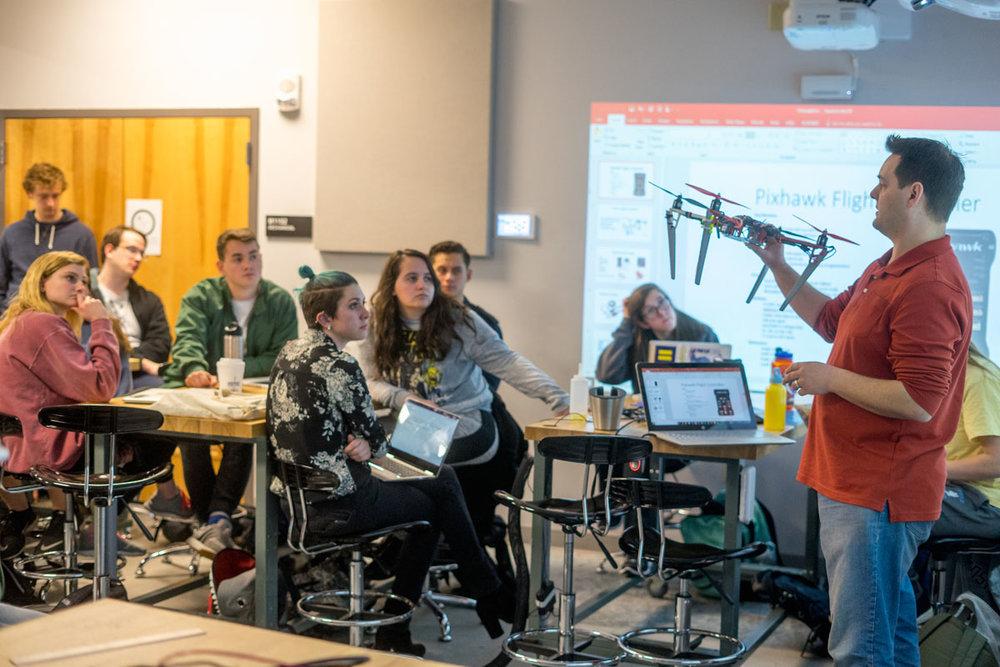 En este modelo educativo, equipos interdisciplinarios de alumnos y docentes colaboran junto a profesionales de organizaciones de gobierno y la industria para dar solución a retos específicos. - Imagen: JMU X-Labs