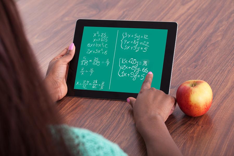 El estudio afirma que, si los profesores tienen capacitación online y presencial basada en estrategias innovadoras, y tienen claro que la matemática es una asignatura que puede ser entendida y aprendida por todos, entonces podrán enseñar de mejor forma. - Imagen: Bigstockphoto