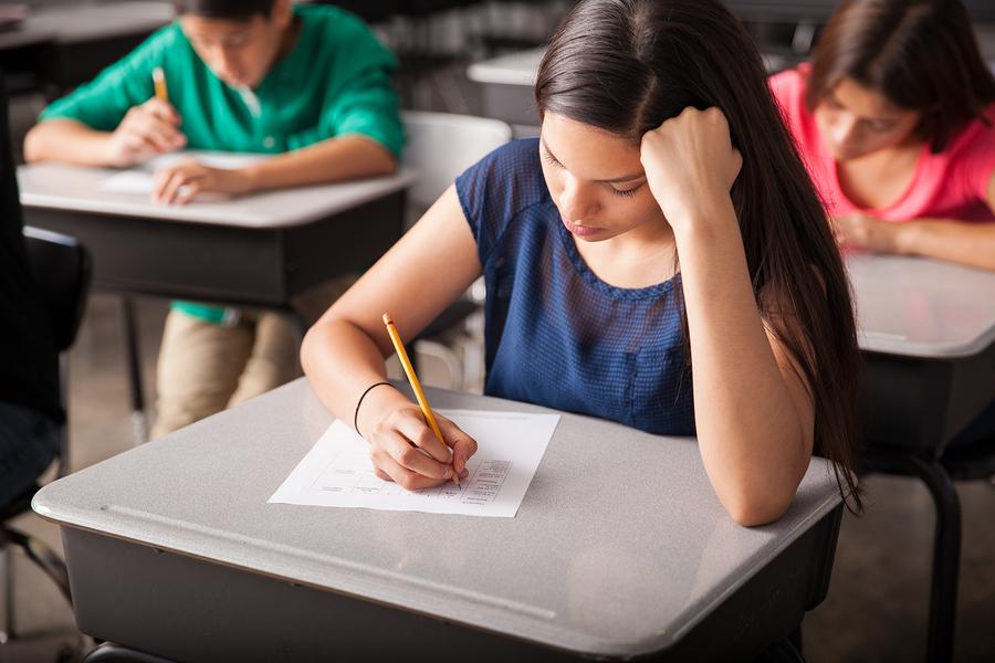 Según el Banco Mundial,el mundo todavía está lejos de garantizar educación para todas las niñas. En los países de ingreso bajo sólo una de cada tres niñas termina el primer ciclo de la escuela secundaria. - Imagen: Bigstockphoto