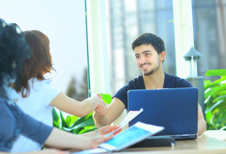 Casi la mitad de los reclutadores encuestados piensa que las universidades no preparan a sus estudiantes para los retos laborales actuales. - Imagen: Bigstock