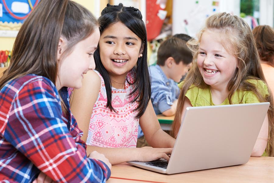 La evaluación pedagógica ha ido perdiendo espacio formativo en gran medida por una función social de certificación de aprendizajes. Por ello decidimos explorar una alternativa a la evaluación con una metodología activa, de tipo colectiva a través estaciones de trabajo sin necesariamente aplicar una prueba o un test. - Foto: Bigstock