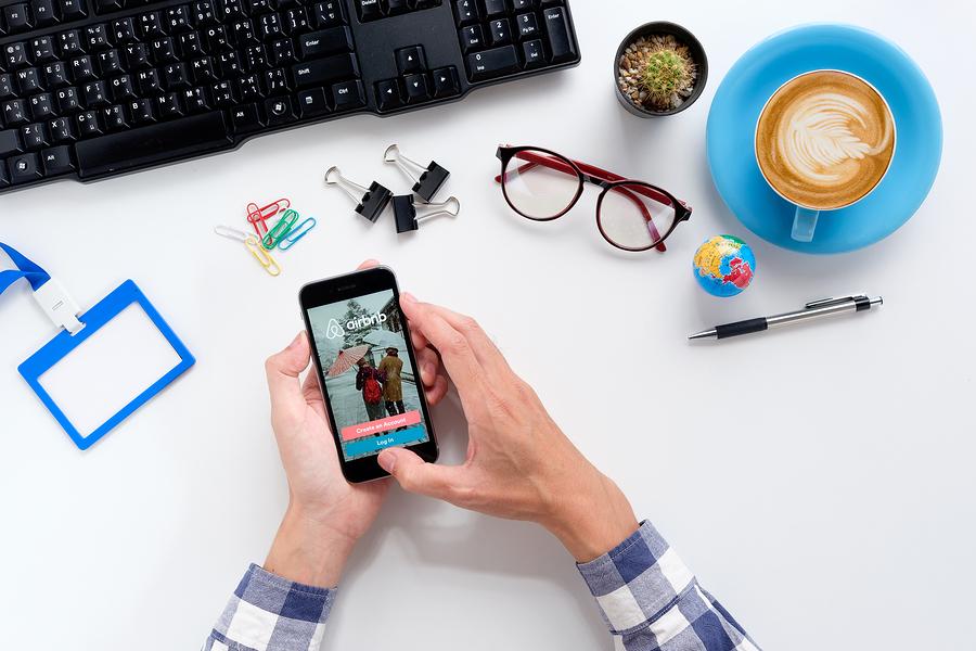 Airbnb dio a conocer que 45,000 docentes usaron su plataforma y generaron 160 millones de dólares en el 2017.¿El futuro del profesorado está en Airbnb, Uber, Cabify o en el aula? - Imagen: Bigstock