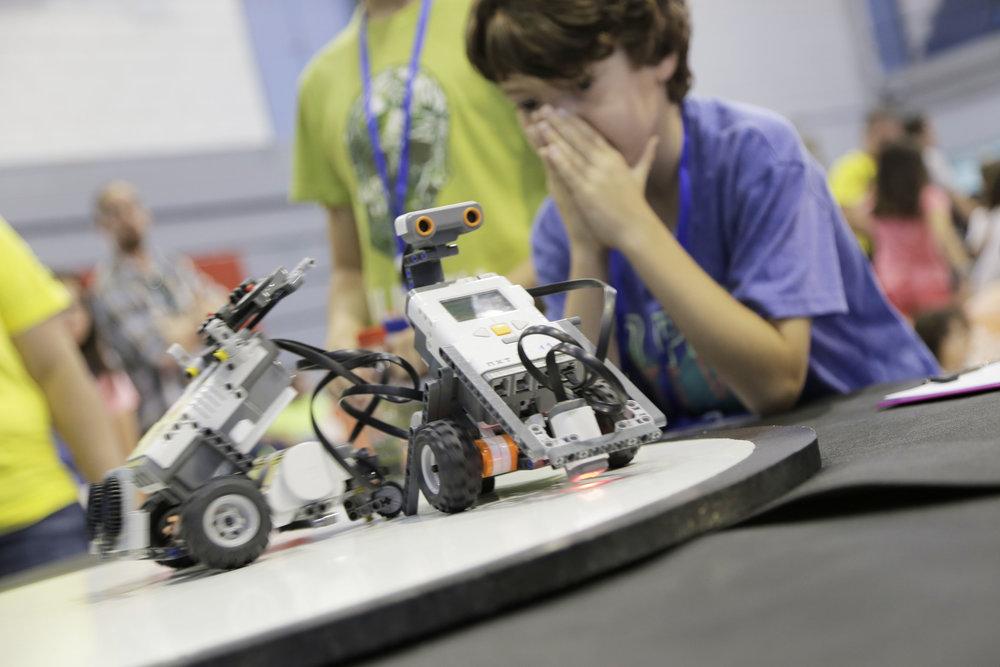 La implementación de LEGOS en clase permite que los alumnos descubran y experimenten de forma autónoma, observando el resultado de sus programaciones y enlazando sus conocimientos con la forma de concebir el mundo real. -