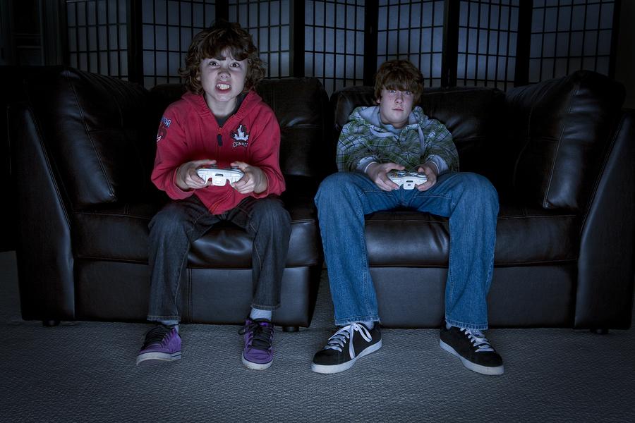 Los videojuegos se perciben como poderosos enemigos que robaban la atención de nuestros estudiantes, tanto en el aula como en el hogar. Sin embargo, más profesores apuestan por la implementación de mecánicas de juego y videojuegos para promover el aprendizaje activo. - Foto: Bigstock