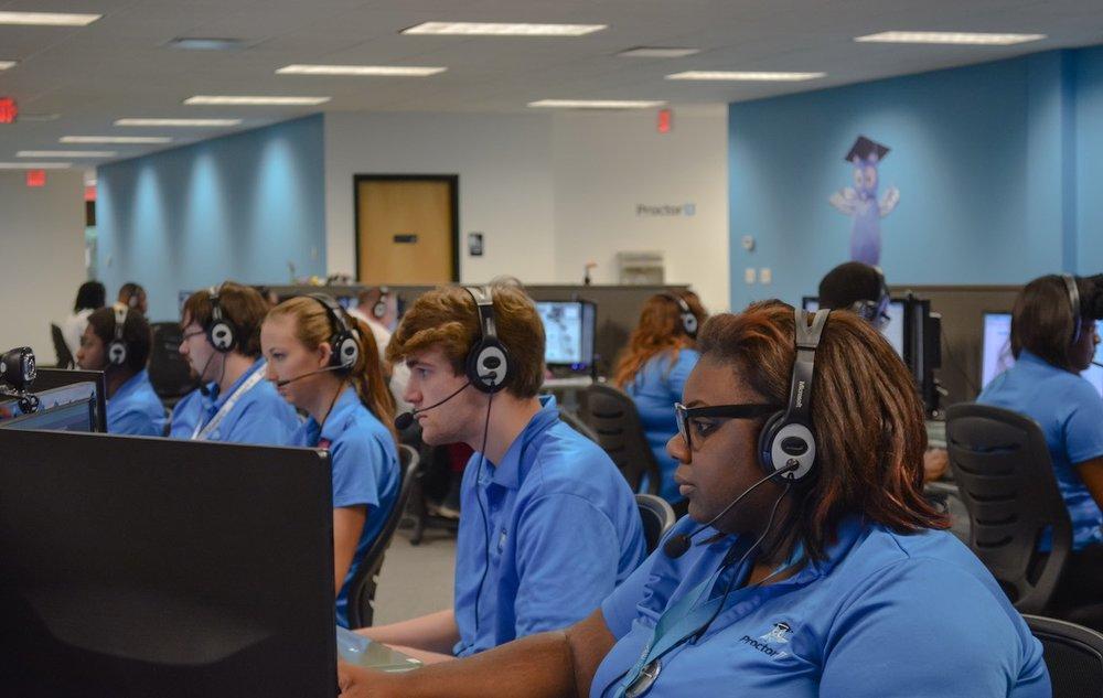 El servicio ProctorU Live+ comprueba la identidad de los alumnos y monitorea sus movimientos mientras contestan exámenes, mediante webcams e inteligencia artificial. - Imagen: ProctorU