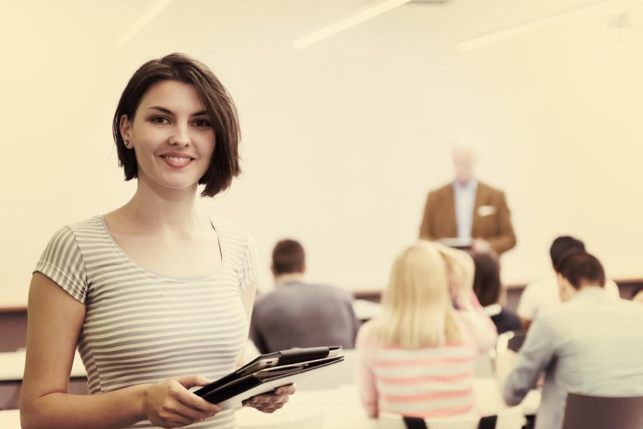 Para que funcione la educación personalizada, es necesaria la interacción uno a uno con los alumnos pero, ¿qué pasa cuando el salón tiene 30 alumnos o más? - Foto: Bigstock