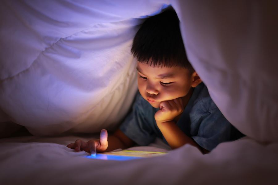 Uno de cada 20 niños americanos pasan menos de dos horas frente a una pantalla, se ejercitan y duermen bien, según The Lancet Child & Adolescent Health. - Foto: Bigstock