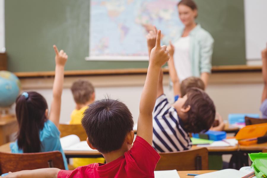El reporte destaca un desequilibrio de género en la educación en el mundo. La mayoría de docentes de nivel primaria son mujeres, sin embargo, la mayoría de docentes de los niveles terciarios son hombres. - Imagen: Bigstock