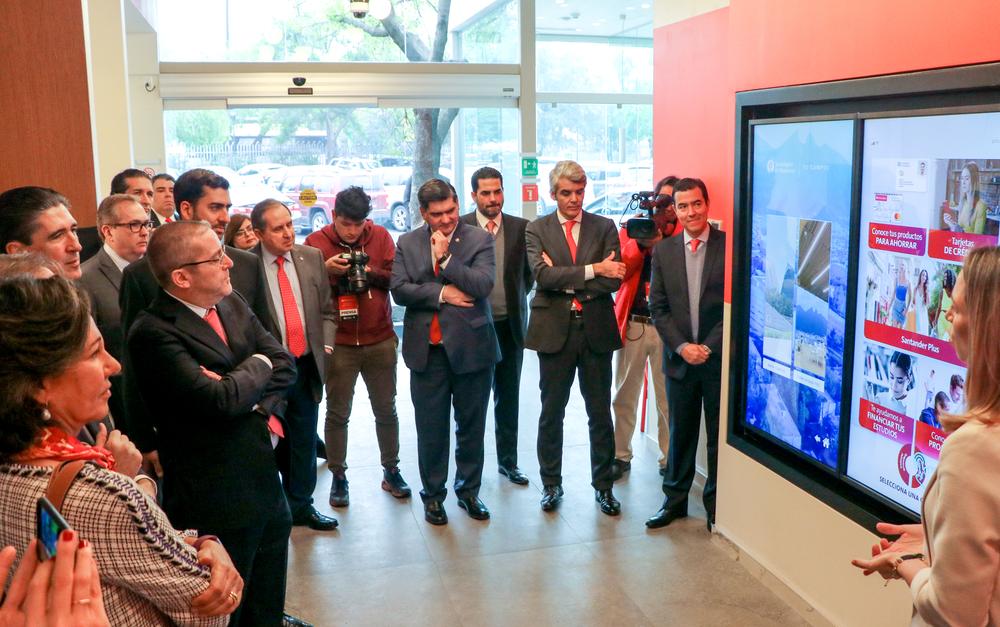 La sucursal de Santander permite a los universitarios del Tec dar a conocer sus productos, servicios y hacer networking. Además, este espacio cuenta con un laboratorio de realidad aumentada y virtual. - Imagen: Bigstock