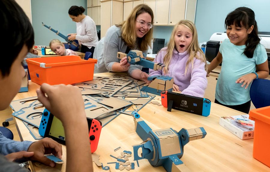 Nintendo Labo apoya el desarrollo de habilidades como la creatividad, la colaboración, el pensamiento crítico y la resolución de problemas. Además de incitar a los niños de manera divertida a explorar temas básicos de STEAM (ciencia, tecnología, ingeniería, arte y matemáticas). - Imagen: Nintendo