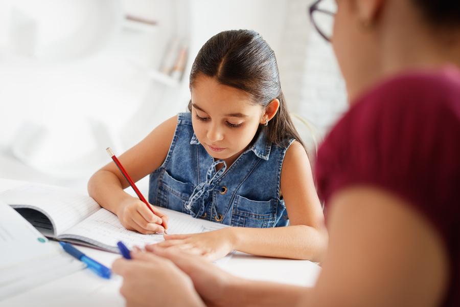 Cuando de tareas y deberes se trata, hay poco consenso sobre cuánto tiempo los alumnos le deben dedicar y la cantidad que se les debe asignar. - Foto: Bigstock