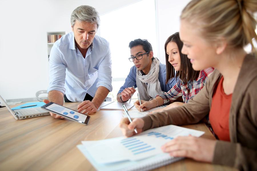 Estudio revela que el 91% de las instituciones europeas piensa que la enseñanza en grupos pequeños es muy útil. De manera sorpresiva, solo el 54% cree que la estrategia de aula invertida funciona. - Imagen: Bigstock.