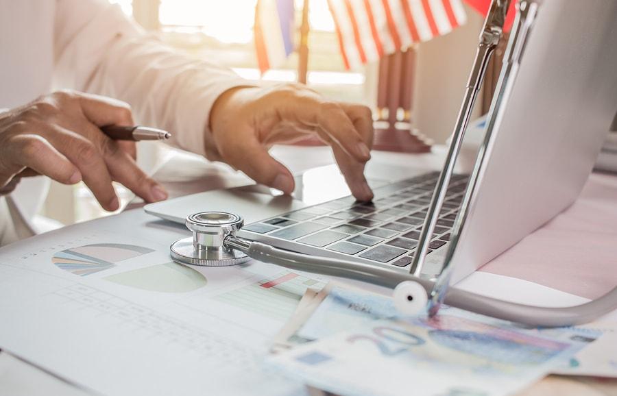 Coursera lanza más de un centenar de programas diseñados para estudiantes y profesionales de la industria médica. Los cursos están desarrollados por instituciones distinguidas como la Universidad de Columbia, el Imperial College de Londres y la Universidad de Michigan. - Imagen: Bigstock
