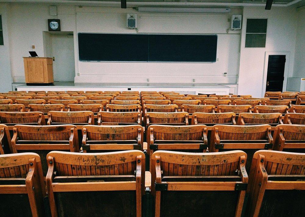 Aunque no existe un modelo único para la definición de un buen espacio de aprendizaje, existen tres dimensiones clave para el diseño de nuevos espacios de aprendizaje en la universidad: la dimensión ambiental, la dimensión pedagógica y la dimensión tecnológico-digital. -