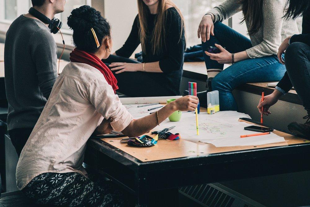 La premisa fundamental del flipped learning reside en que los aprendizajes teóricos se adquieren en casa, mientras que en el aula se realizan actividades que dotan al alumno de un rol más activo. -