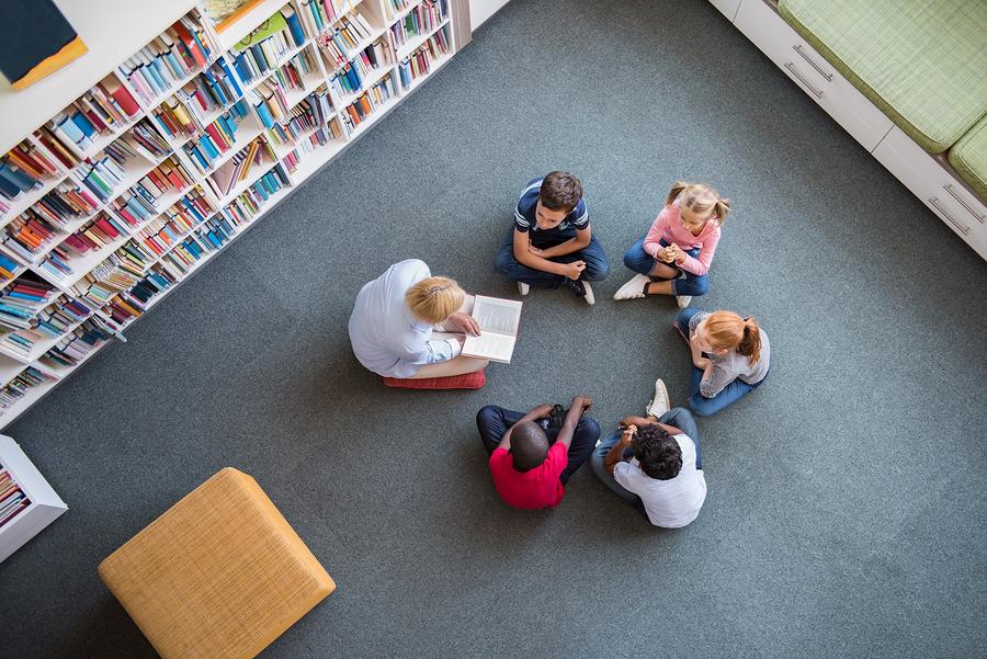 Entre más libros tenga un estudiante en casa durante su niñez y adolescencia, mejores serán sus habilidades en la vida adulta. - Foto: Bigstock