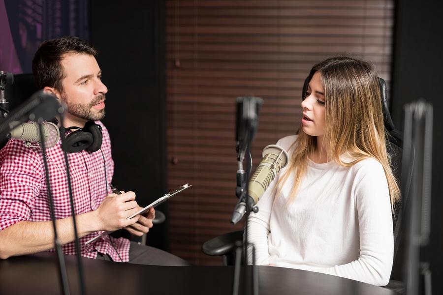 Los podcasts se han convertido en foro de temas relevantes para la educación. - Foto: Bigstock