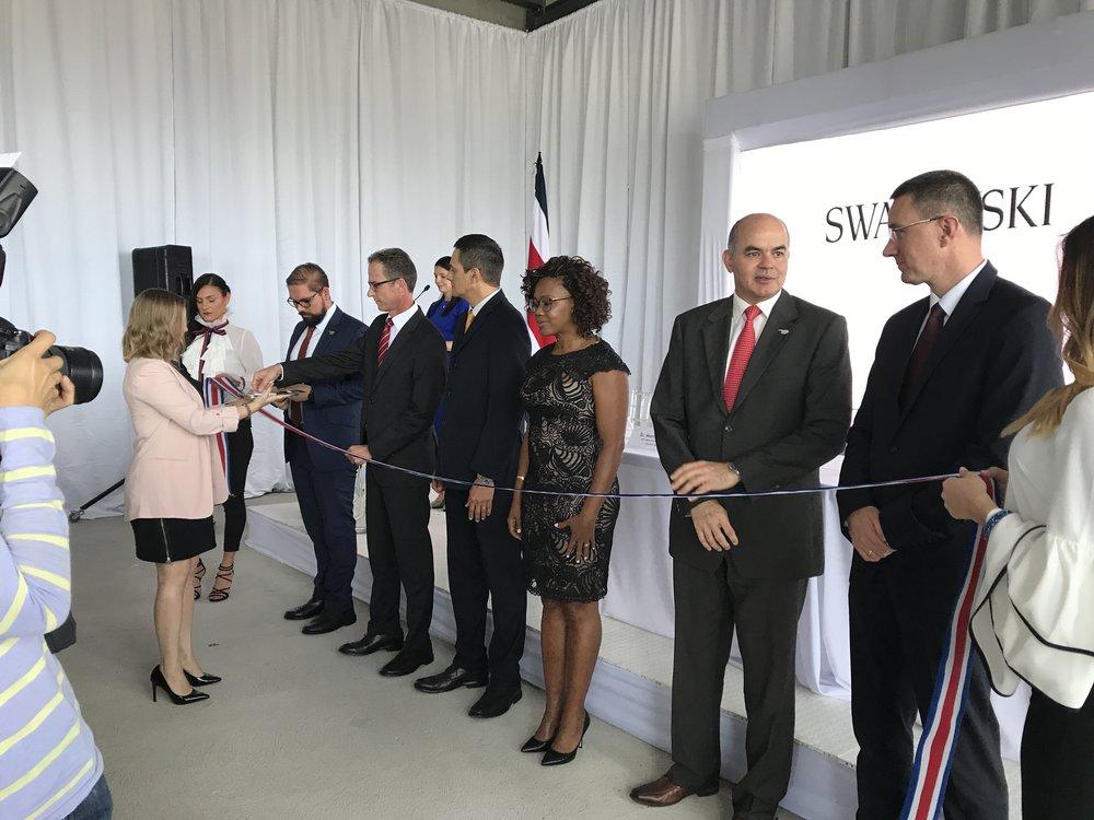 El cuerpo de invitados especiales cortó la cinta oficial, que da apertura a este nuevo Centro de Servicios. Foto | Expoempleo