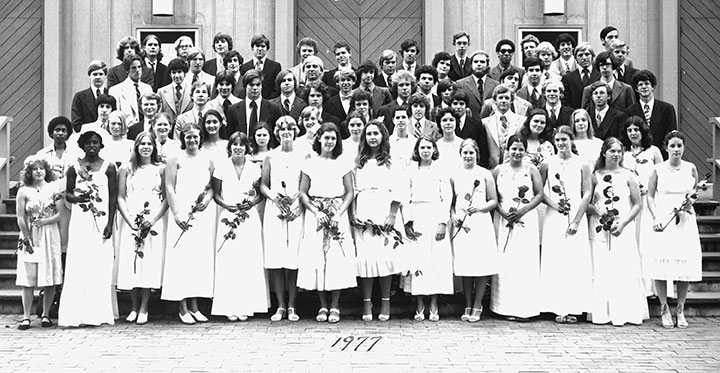 "<div class=""ch"">The Class of 1977's traditional graduation photo</div>"