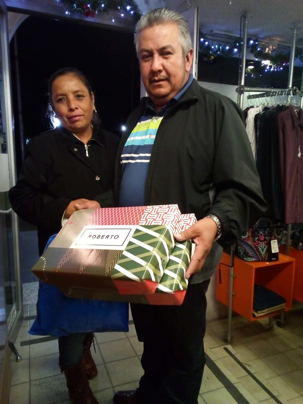 Ven por tus regalos a Roberto - En la compra de cualquier artículo en las tiendas Roberto, la envoltura para regalo es grátis. Válido hasta agotar existencias.