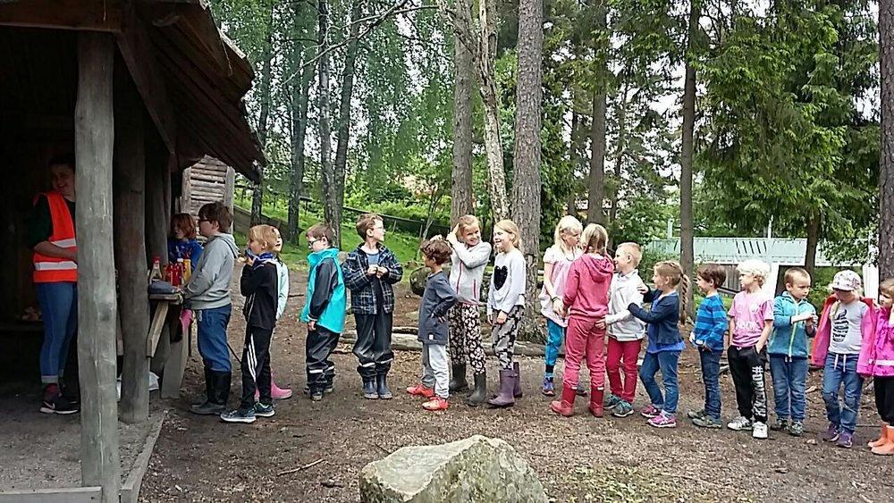 Utedag på Fritids - Matkø til fiskeburger som spises ute i skoleskogen.