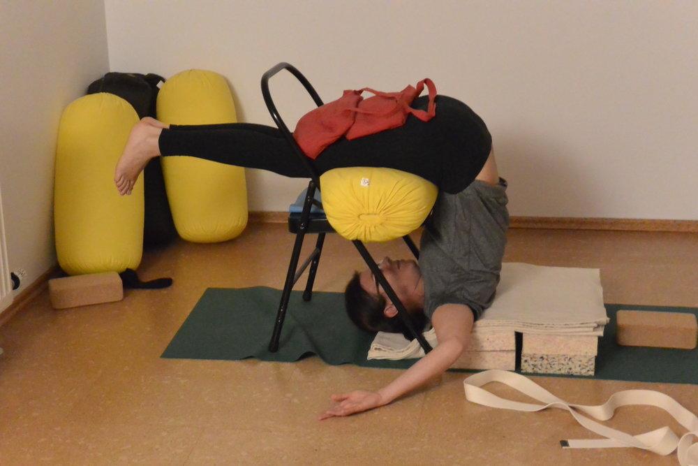 Halber Pflug--Ardha Halasana = Lazy Halsasana :-) mit Hilfsmitteln--Platten, Kissen, Sandsäcken und Yoga-Stuhl Iyengar Yoga Props-- ermöglichen Yoga für alle!!!