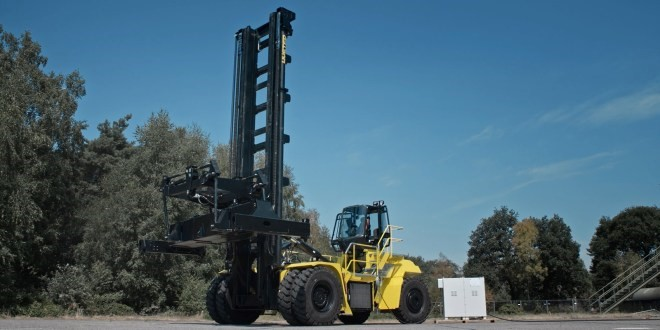 Photo of the hybrid fuel cell-battery-powered container handler under development by Hyster for use in California. Source: Hyster