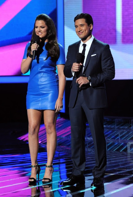 Khloe-Kardashian-Mario-Lopez-Host-The-X-Factor-Week-1-2-580x858.jpg