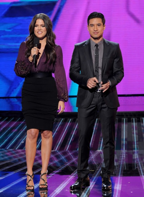 Khloe-Kardashian-Mario-Lopez-Host-The-X-Factor-Week-1-13-580x793.jpg