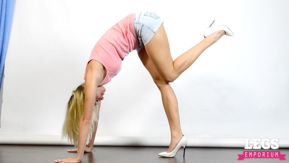 Cheerleader - Flexible Blonde Bombshell 1 7.jpg