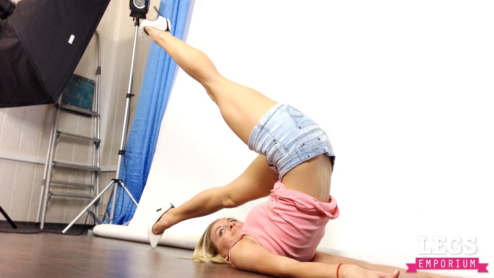 Cheerleader - Flexible Blonde Bombshell 3 5.jpg