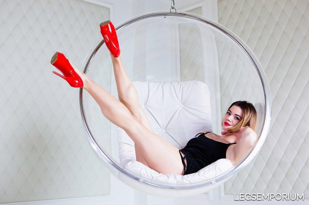 Shapely_Legs_and_Calves_of_Anastasia_LegsEmporium