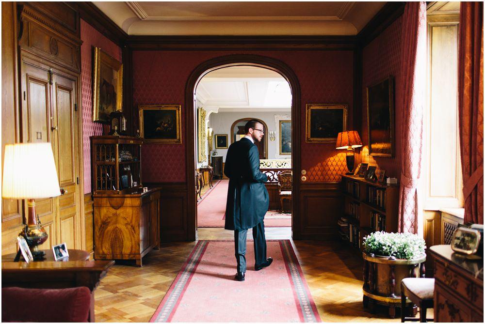 Bräutigam läuft durch das Foyer