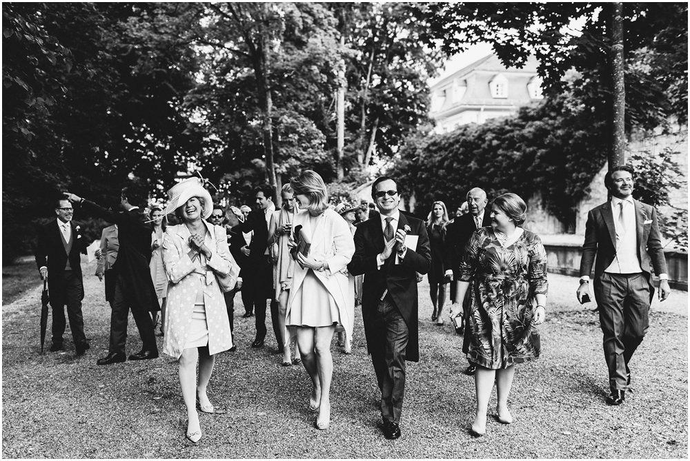 Hochzeitsgäste auf dem Weg zur Party