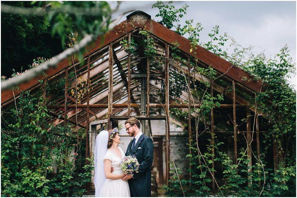 Brautpaar vor einer Sccheune