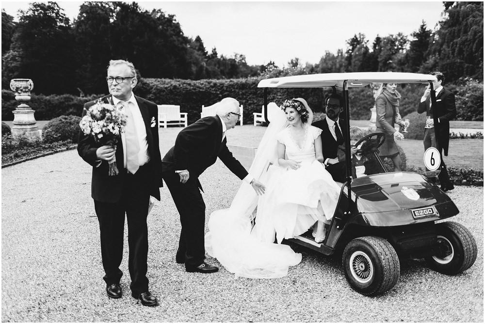 Brautpaar in Golfwagen